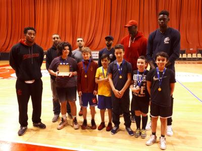 Un trophée pour les basketteurs